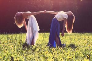 zwei Frauen, die sich an den Händen halten, weibliche Unterstützung